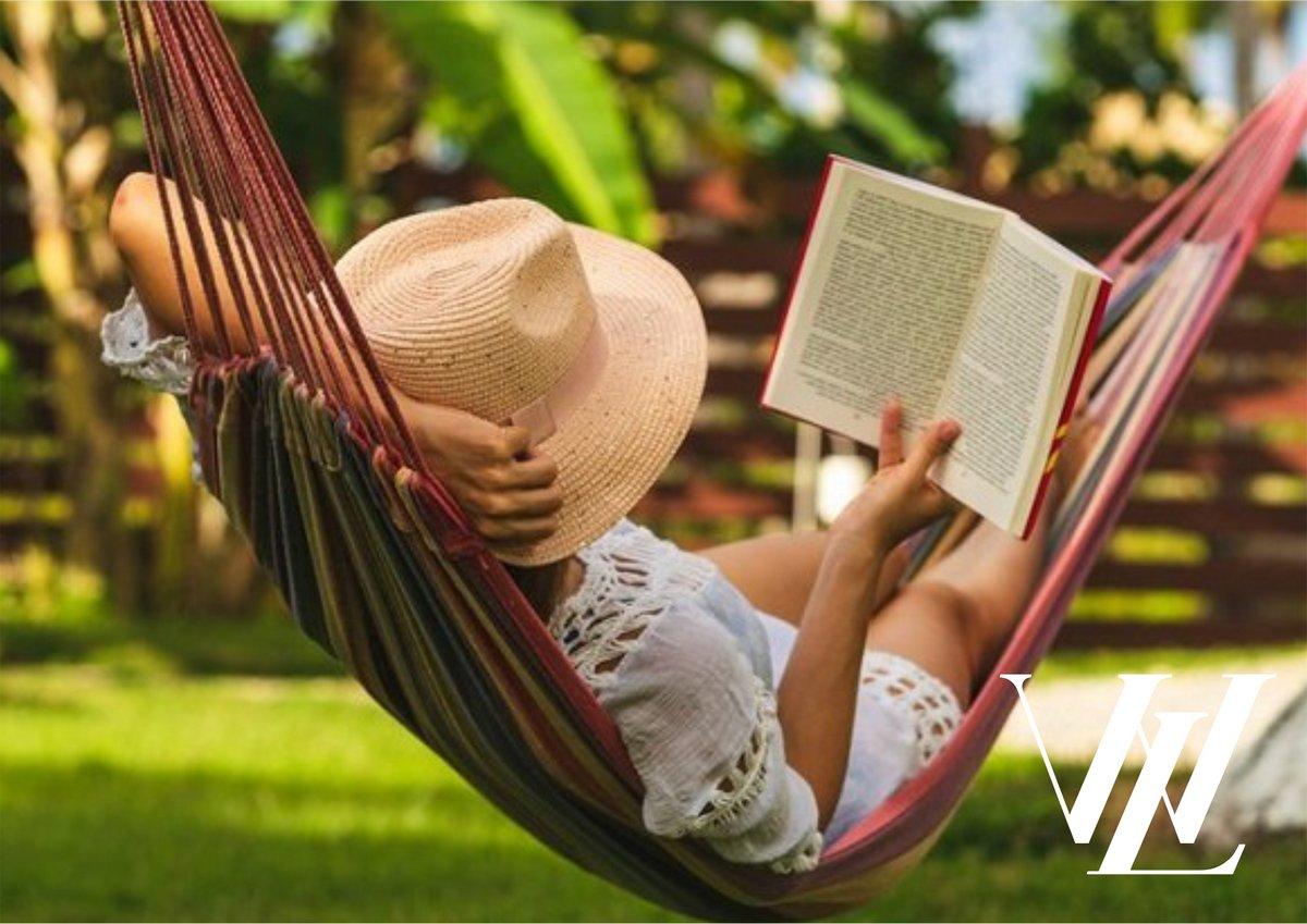 Летнее чтение: топ-10 легких и увлекательных книг для отпуска